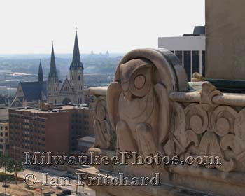 Photograph of Owl and Marquette from www.MilwaukeePhotos.com (C) Ian Pritchard